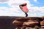 Fallschirmsprung von einer Klippe