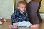 Baby hat Angst vor einem Spielzeug