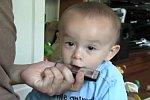 Junge versucht Mundharmonika zu spielen