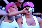 Blondine will ein Foto schießen