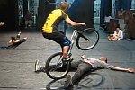 Sprünge mit dem Fahrrad über einen Menschen