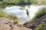 Mädchen springt mit einem Fahrrad in einen See