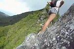 Bergsteigen auf einem schmalen Pfad