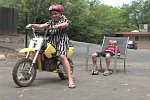 Zahn ziehen mit einem Mini-Motorrad