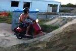 Stunt mit einem Motorroller