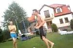 Salto in einen Pool