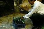 Schnell die Flaschen in einem Kasten öffnen