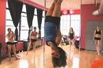 Pole Dancerin geht durch die Luft