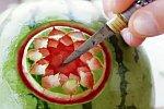 Blume in Wassermelone schnitzen