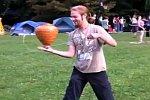 Jonglieren mit einem Holzkrug