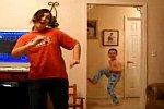 Kleiner Bruder tanzt im Hintergrund mit