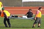 Sanitäter tragen Verletzten vom Spielfeld