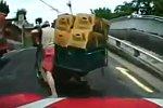 Brücke mit einem Motorroller überqueren