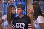 Hooters-Girls küssen