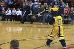 Maskottchen zerstört Basketballkorb