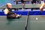 Baby spielt Tischtennis