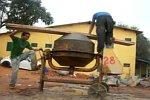 Selbstgebautes Karussell mit einem Betonmischer