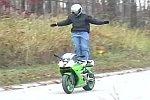 Stehend auf einem Motorrad