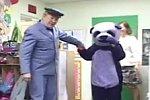 Panda erschreckt Kinder