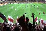 Fußballfans protestieren mit Tennisbällen