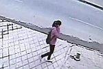 Eine Frau fällt plötzlich in ein Loch