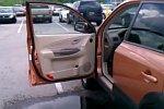 Sprung über eine Pfütze ins Auto
