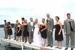 Hochzeitsgesellschaft geht Baden