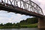 135 Menschen springen gleichzeitig von einer Brücke