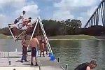 Cooler Sprung ins Wasser
