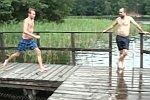 Sprung von einem Badesteg
