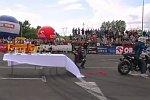 Motorrad zieht Tischdecke vom gedeckten Tisch