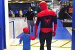 Vater verkleidet sich als Spider-Man