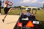 Sprung über einen Golfwagen