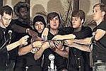 6 Jungs spielen auf einer Ukulele