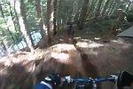 Mountainbike landet im reißenden Fluss