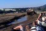 Panzer fährt durchs Wasser