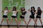 Girlgroup tanzt vor pubertären Jungs