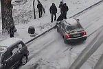 Mann stoppt rutschendes Auto