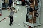 Russisches Kind im Elektronikfachgeschäft