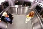 Leute im Fahrstuhl erschrecken