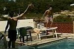 Sprung vom Tisch in einen Pool