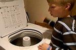 Junge trommelt auf einer Waschmaschine