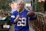 Reporterin spielt Football