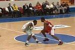 Basketballtrainer spielt mit