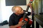 Musik mit Gitarre und Löffel