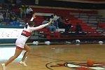 Cheerleaderin trifft Basketballkorb nach Überschlag