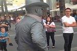 Straßenkünstler schlägt zu