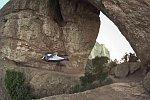 Wingsuit-Flug durch ein Loch im Felsen