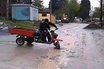 Kunststück mit einem Moped