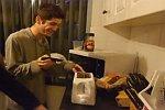 Messer in einen Toaster stecken